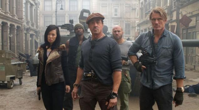 I Mercenari 2, Stallone e Van Damme armati fino ai denti nelle nuove foto