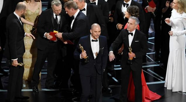 """Oscar 2017: licenziati i due responsabili della gaffe finale. Ecco le foto """"incriminate"""""""