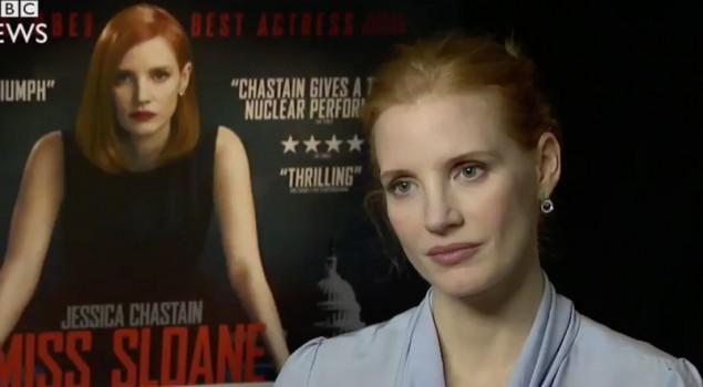 Jessica Chastain alza gli occhi al cielo a una domanda su Johnny Depp. La GIF e il video