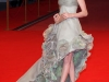 Anne Hathaway con un abito grigio perla.