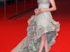 Anne Hathaway con un abito grigio perla.