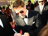 Brad Pitt continua a firmare autografi.