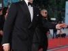 Brad Pitt ammicca all'obiettivo.