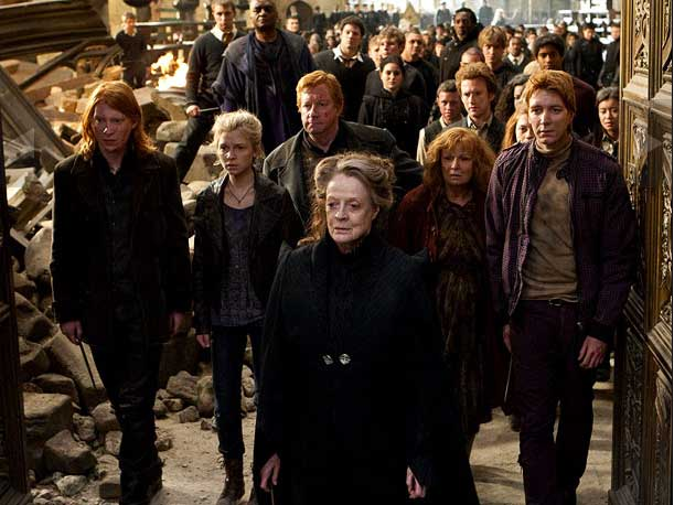 McGranitt (Maggie Smith) e alcuni membri della famiglia Weasley (Arthur-Mark Williams; Molly-Julie Walters; George-Oliver Phelps; Bill-Do...