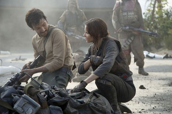 rogueone-cassian-jyn-beach-battle