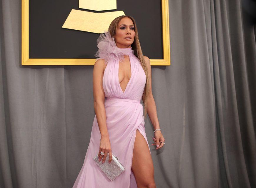 Jennifer Lopez adora il bianco. Così tanto da trasformarlo in un portafortuna. Lo indossa spesso ma soprattutto, prima di ogni concerto, ...