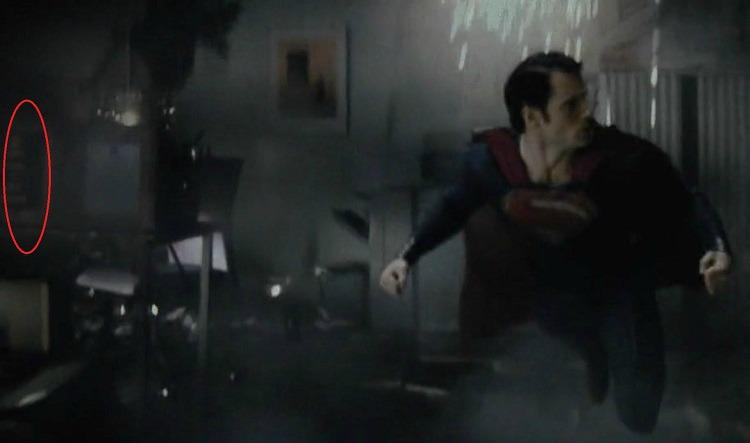 L'UOMO D'ACCIAIO - KEEP CALM AND CALL THE BATMAN: Sullo sfondo di una scena di combattimento nel film di Zack Snyder compare il...