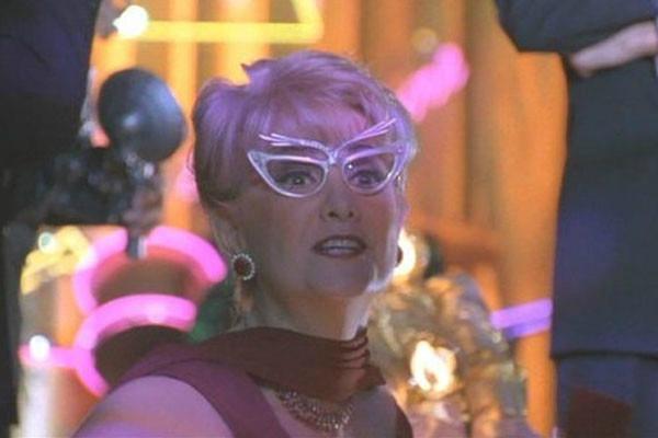 BATMAN & ROBIN - IL CAMEO DELLA MOGLIE DI BOB KANE: La moglie di uno dei co-creatori di Batman, Bob Kane, è comparsa nei panni dell&#...