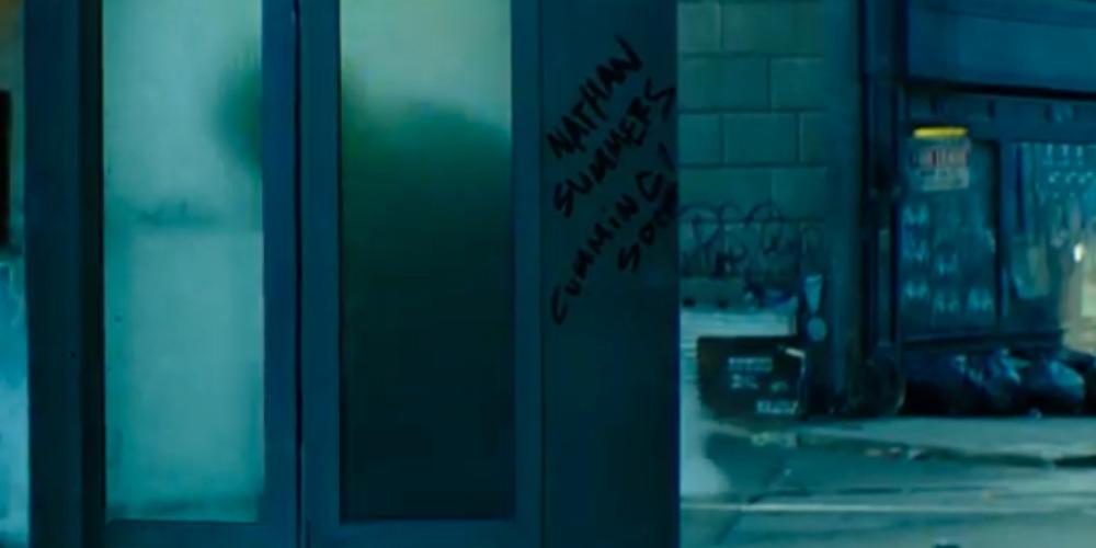 """Da notare anche la scritta sulla cabina telefonica: """"Nathan Summers (Cable, l'attesa new entry) cumming soon…"""", solito giochino di parole..."""