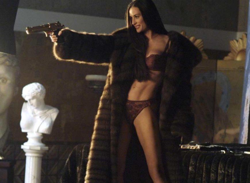 Demi Moore - Indimenticabile l'attrice in Charlie's Angels - Più che mai, nei panni della cattiva di turno tutta pistole e ling...