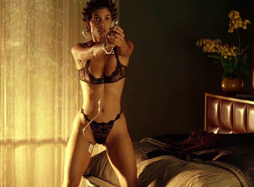 Halle Berry - L'attrice al top della forma nel 2001 per Codice Swordfish, dove ci regala anche il suo primo topless.