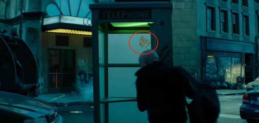 """All'interno della cabina telefonica, si vede la parola Hope (""""speranza""""), che potrebbe essere un riferimento alla Hope Sum..."""