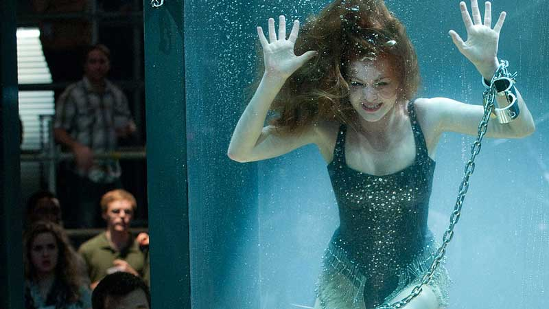 Isla Fisher - In Now You See Me - I maghi del crimine l'attrice si ritrova in una vasca piena di piranha incatenata al fondo della p...