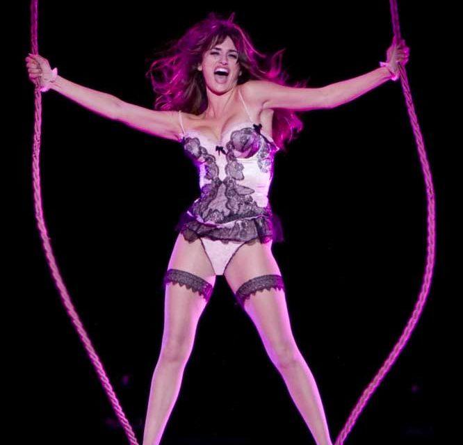 Penelope Cruz - Passano gli anni ma l'attrice spagnola non smette di stupire: in Nine balla, canta e si esibisce in lingerie... cosa...