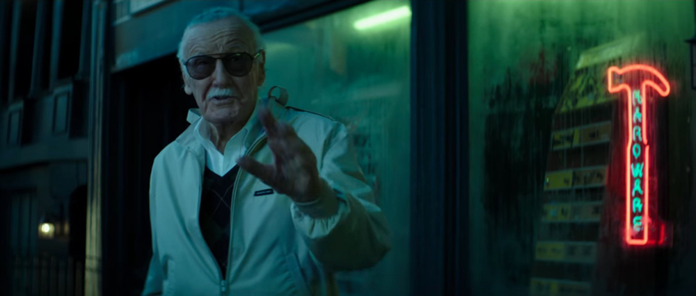 Non presente nella versione cinematografica, il cortometraggio ci svela il cameo del mitico Stan Lee, qui impegnato a commentare il costu...