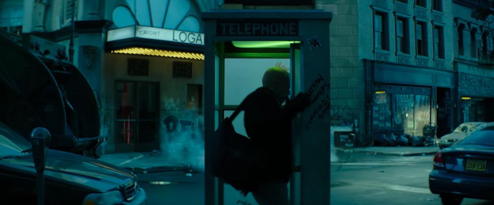 La cabina telefonica in cui Wade Wilson cerca di mettersi il costume è un chiaro riferimento a Superman.