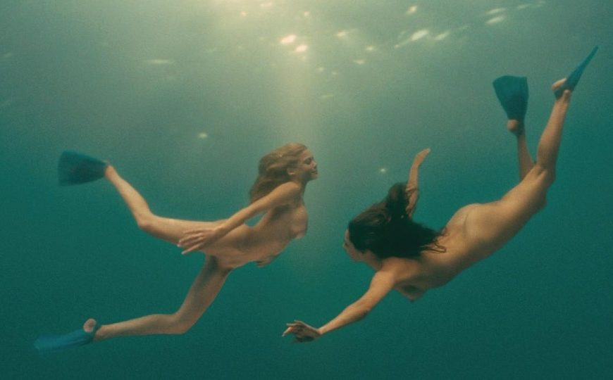 Piranha 3d è un horror splatterissimo con tanto sangue e gore girato da Alexandre Aja nel 2010. In mezzo, una scena lesbo sott'acqua...