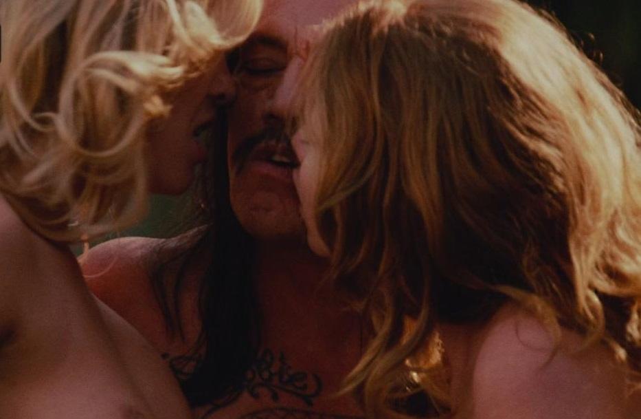 Ogni scena di sesso che coinvolge Danny Trejo sarà, per forza di cose, gratuita. Ne abbiamo diversi esempi in Machete, celebrato (finto) ...