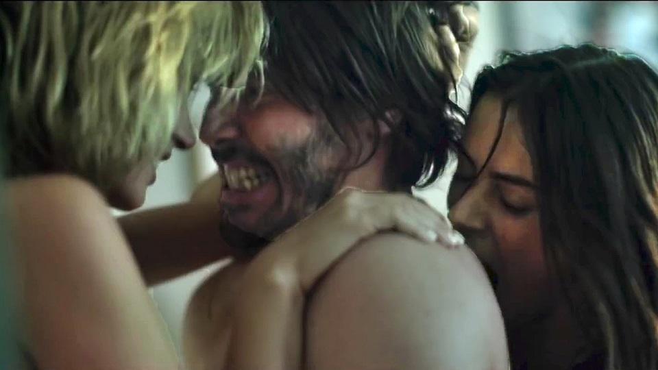 Keanu Reeves viene sedotto da due donzelle che poi si riveleranno delle autentiche pazze. La scena di seduzione in questione? Esplicitame...