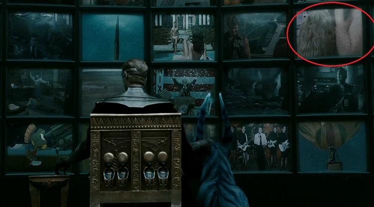 WATCHMEN - OZYMANDIAS E IL PORNO: In una delle scene finali del film, quando Ozymandias (Matthew Goode) è di spalle di fronte a un gran n...