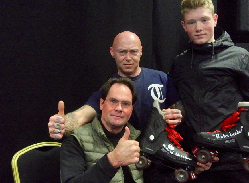 Konrad autografa i pattini a rotelle Vintage. Idea geniale dei fan (padre e figlio)