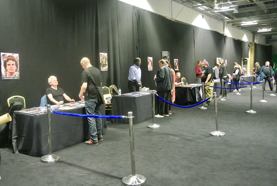 I tavoli nella sala principale con gli attori pronti ad accogliere i fan