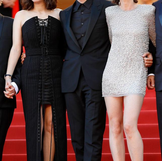 Marion Cotillard e Charlotte Gainsbourg - Lungo corsetto nero Gaultier Paris per la Cotillard e splendente abito corto Saint Laurent by A...