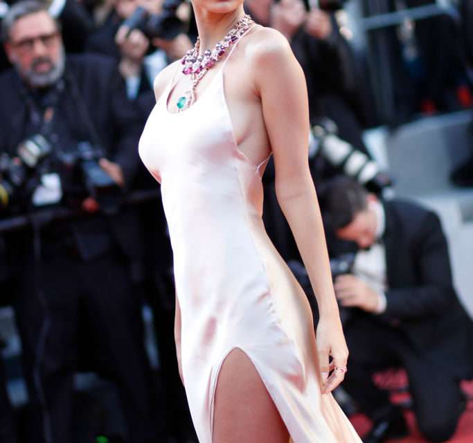 Emily Ratajkowski - Prima serata per la top model: un abito semplice di Twinset appesantito da un collier Bulgari che si fa notare... Vot...
