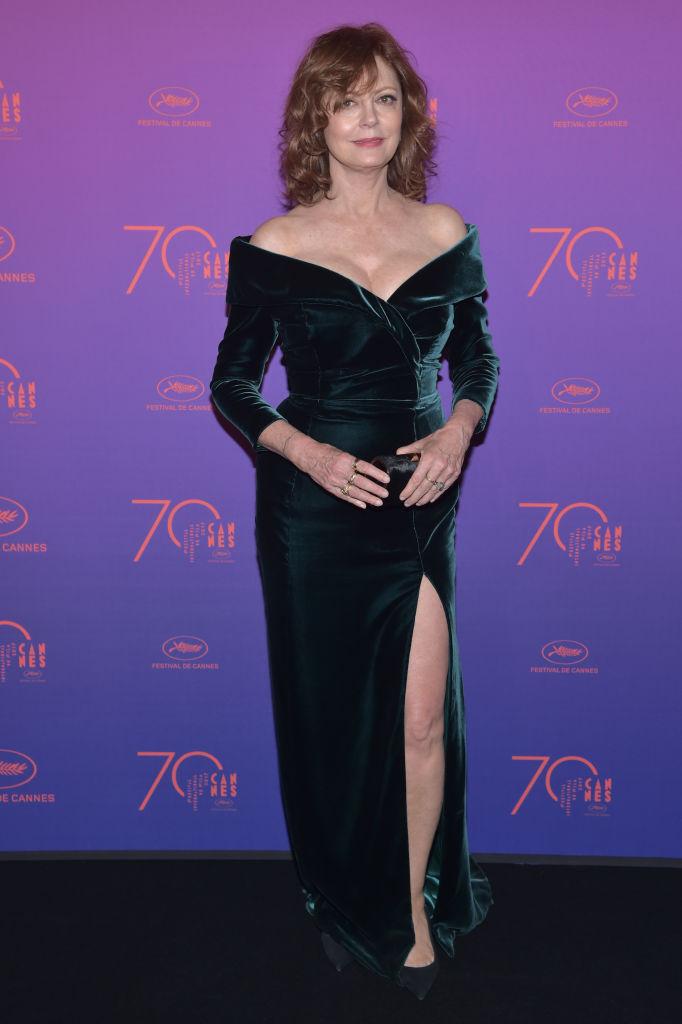 Susan Sarandon - La bellissima attrice mostra tutte le sue curve nell'abito di velluto scuro firmato Alberta Ferretti. Una dea di ne...