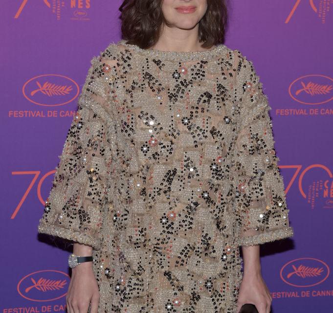 Marion Cotillard - Solare e sbarazzina in Chanel. Dopo il nero del red carpet ci voleva. Voto: 7/8