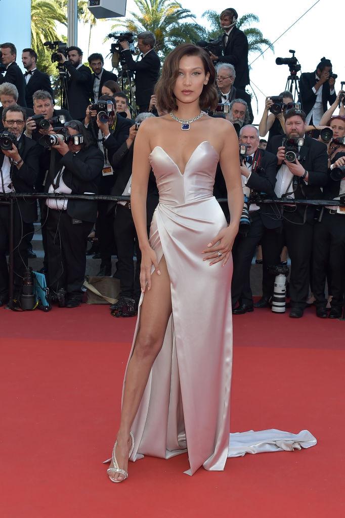 Bella Hadid - Se non mostra il 100% della coscia la modella non è felice. Ma cos'è un festival senza uno scandalo firmato Bella Hadi...