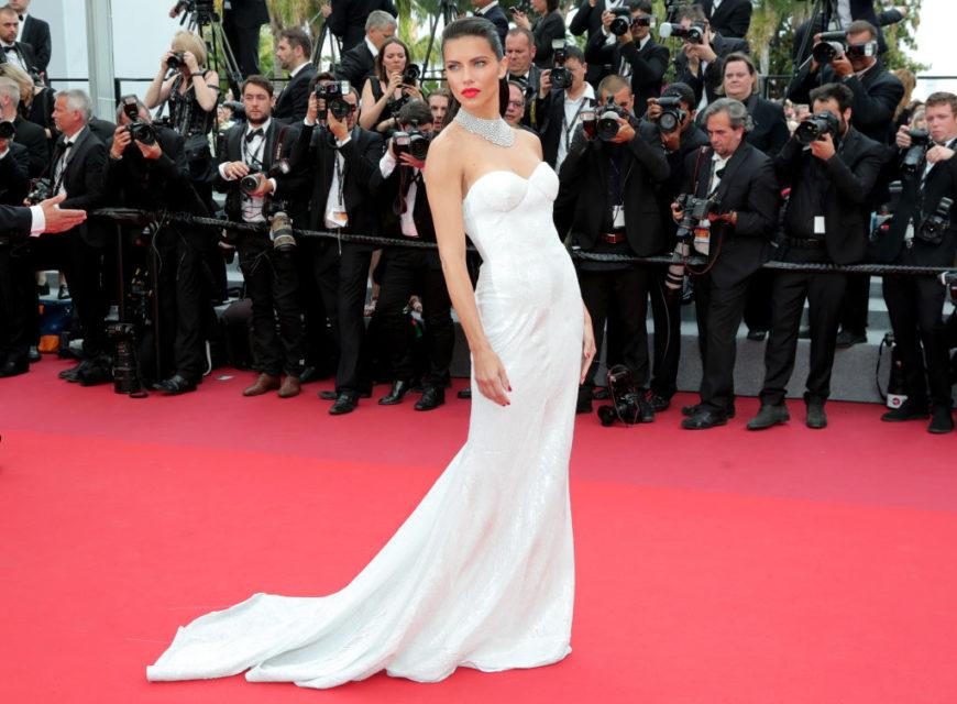 Adriana Lima - Stupenda la top model con indosso un abito della linea sposa di Naeem Khan Bridal (e lo stupendo collier Chopard). Nulla d...