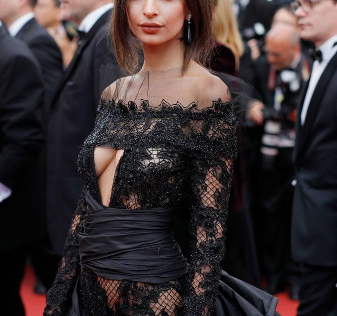 Emily Ratajkowski- Impossibile passare inosservata durante il suo secondo red carpet: gotica e dark nella tuta firmata Peter Dundas. Tutt...