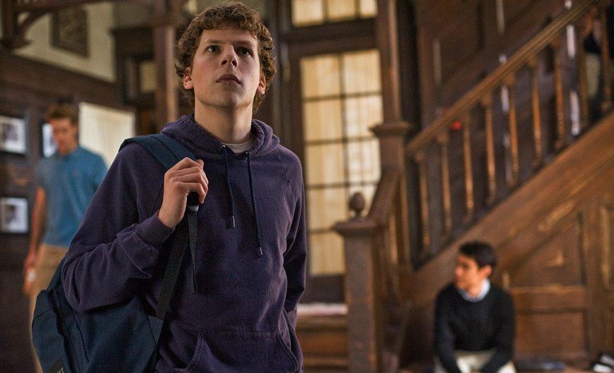 La lucidità di David Fincher e l'ascesa di Mark Zuckerberg, fondatore di Facebook. Ad uscirne fuori è Social Network, uno dei film p...
